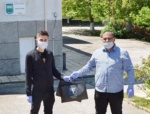 Дизайнерът Фатих с дарение за Защитените жилища в Чернооченско