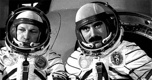 ⬆⬆ Космонавтите Георги Иванов и Николай Рукавишников пристигат в Кърджали през 1981 година, награждават ги със званието Почетен гражданин ⬆⬆